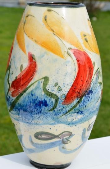 vase en faïence décorée - voile rouge sur vague